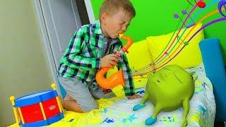 Рома играет на музыкальных инструментах и будит Хелпика play with musical instruments toys for kids