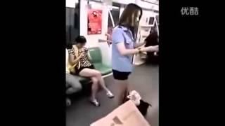 cewek cantik ganti baju  hot di gerbong kereta