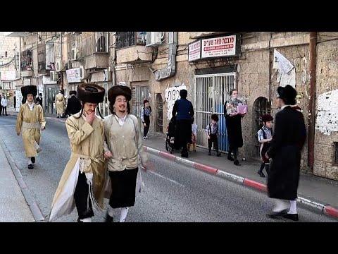اشتباكات بين الشرطة الإسرائيلية ويهود متشددين بسبب دميتين في عيد المساخر…