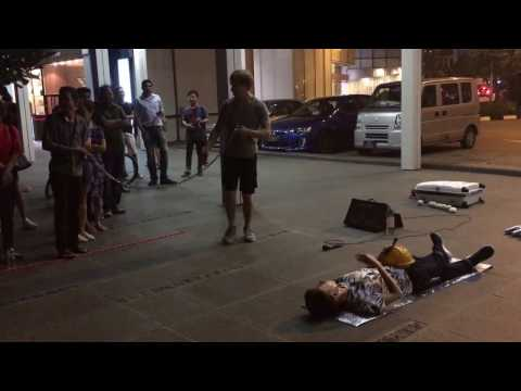 Amazing street performer in Singapore !! Must see to believe! HD