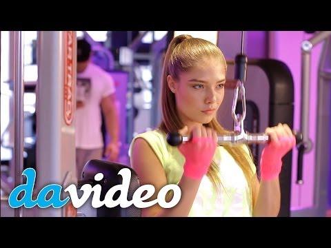 Очень красивые девушки тренируются в спортзале