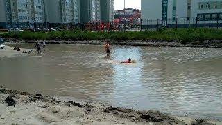 Дети купаются в луже