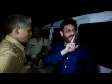 WARIS PATHAN FIGHT WITH POLICE IN MUMBAI
