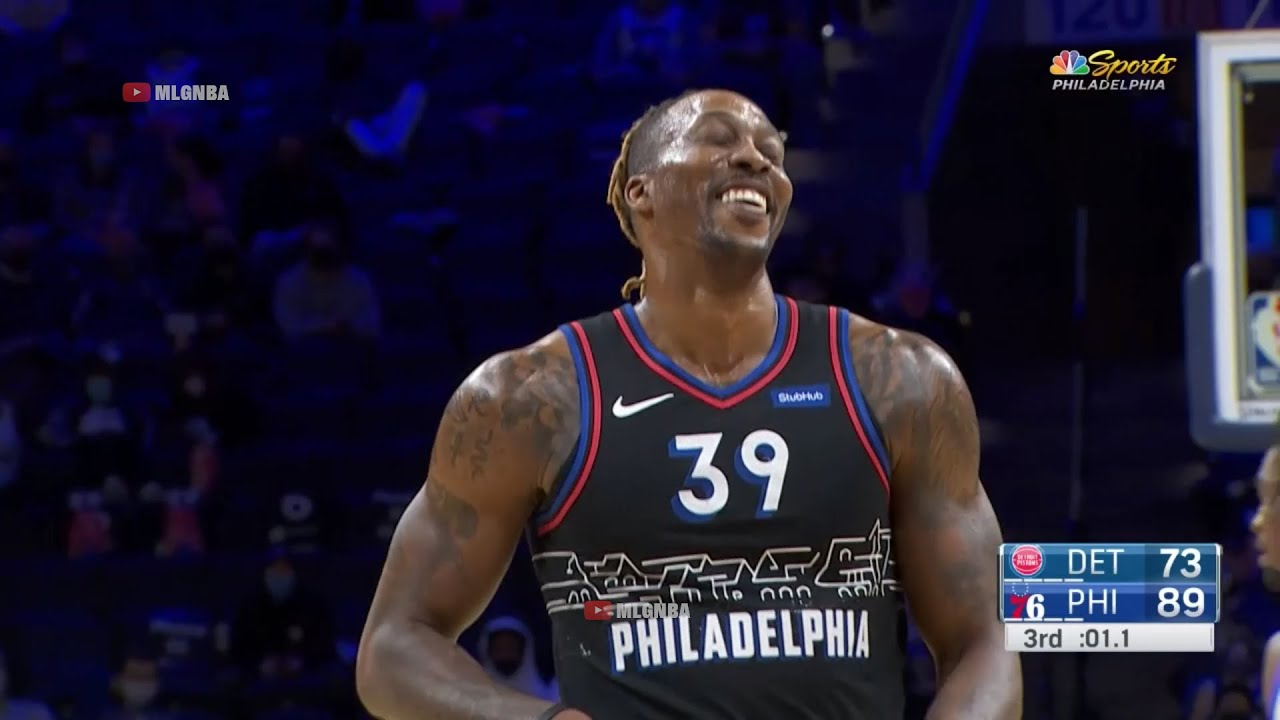 Dwight Howard can't stop laughing after airballs a three and is met with applause from the crowd🤭
