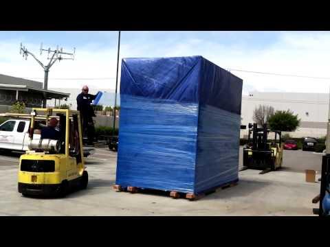 Очень деловая транспортная компания груз пакует