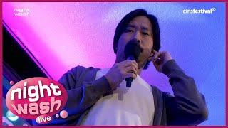 Ill-Young Kim mit einem Passfoto von Jackie Chan - NightWash