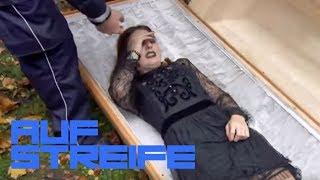 Gefangen auf dem Friedhof: Mädchen im Sarg eingesperrt! | Auf Streife | SAT.1 TV