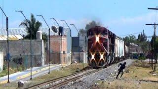 Resbala En las Vias del Tren ///Man slips on the Railroad Track