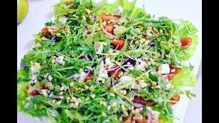 Салат с сыром рокфор, томатами, зеленью и кедровыми орешками