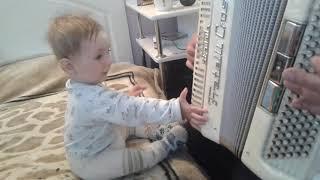 Дедушка играет на баяне - внук поет. Внук поет в 8,5 месяцев. Музыкальное развитие детей.
