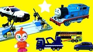 アンパンマン おもちゃ はたらくくるまが踏切で電車と交通事故⭐プラレールトーマス thomas & friends 機関車 パーシー トミカ accident will happen