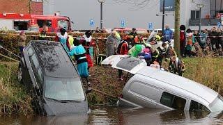 Hoogezand - Brandweerpieten in actie bij auto te water
