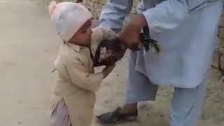 Bambino marrochino che non vuole che uccidano la g...