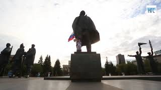 Сибирячка приковала себя цепями к памятнику Ленину