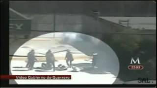 Repeat youtube video Revelan video del enfrentamiento en Guerrero donde 2 Normalistas murieron