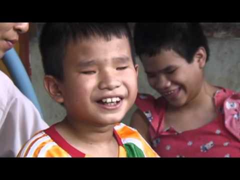 1 GIA ĐINH CÓ 6 NGƯỜI MÙ CHA MẸ MÙ 1 CON MẮT CÒN 4 NGƯỜI CON ĐỀU KHÔNG THẤY ĐƯỜNG 2016