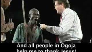 Reinhard Bonnke visité par des sorciers dans une croisade en Afrique (Puissant témoignage)