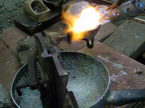 fundiendo metal con gas y aire de compresor para bajar  costos en fundido de metales