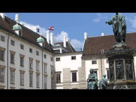 #7494, Viena plaza entre casas con estatua en medio [Raw], Escultura y arte