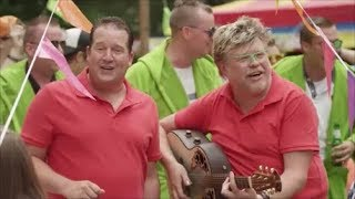 Stef Ekkel & René Karst - Liever Te Dik In De Kist (Dan Weer Een Feestje Gemist)