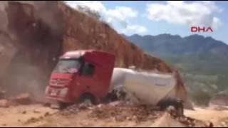 Tunceli'de toprak kayması treyleri böyle yuttu!