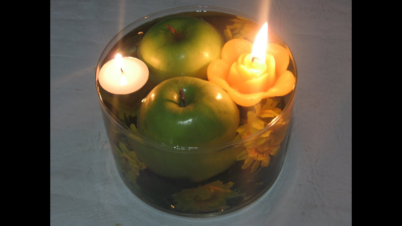 centro de mesa para aos con manzanas y velas flotantes