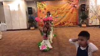 Nữ sinh việt học ở nga múa hoa sen mừng xuân 2020 cực đẹp(vlog8)
