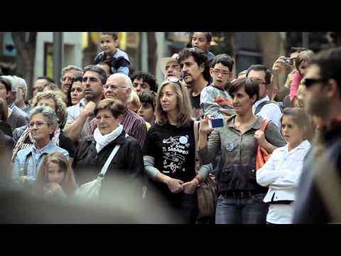 UNA NIÑA LE DA UNA MONEDA A UN MUSICO Y MIRA LO QUE PASA!!! (HD) Himno a la  Alegria