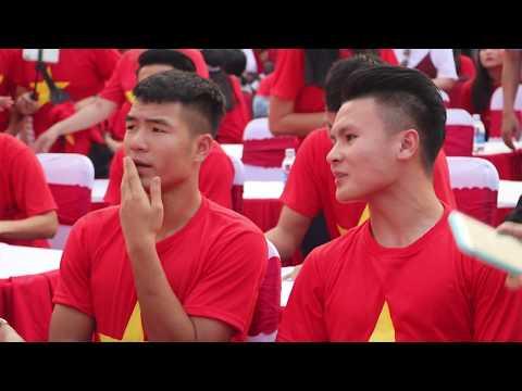 Màn chào sân ấn tượng của các tuyển thủ đẹp trai U23 trên sân Thống Nhất [4-2-2018]