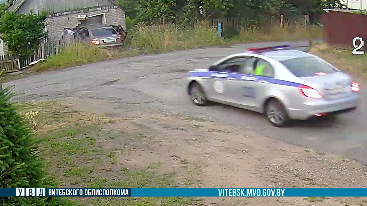 Видео: в Витебске водитель Audi врезался в жилой дом, пытаясь скрыться от ГАИ