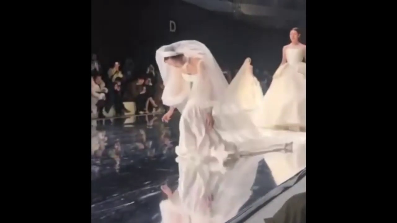Model In Wedding Dress Falls Down During A Chinese Bridal Fashion Show January 2019
