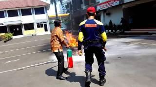 Simulasi Pemadaman Kebakaran menggunakan Alat Pemadam Ringan (APAR)