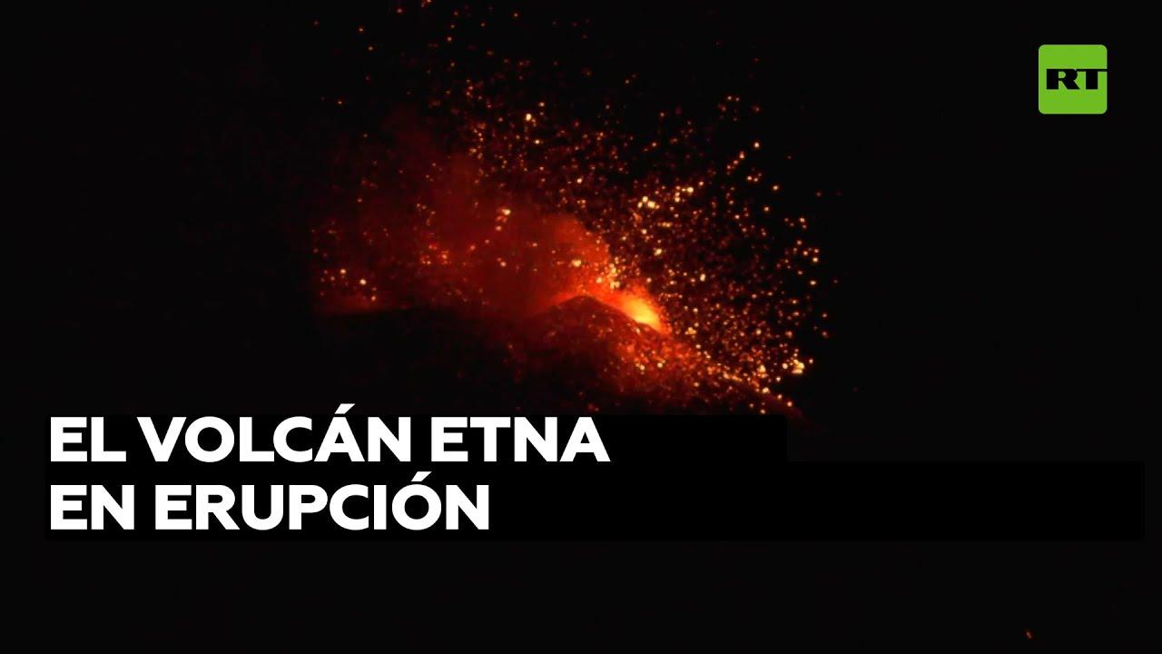 La erupción del volcán Etna ilumina el cielo de Sicilia