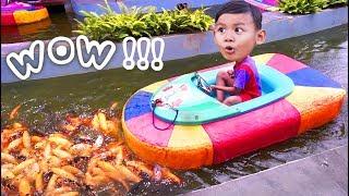 Naik Kapal kapalan Lucu Sambil Memberi Makan Ikan di Kolam | Kids Funny Video