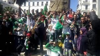 شباب الجزائر ينشدون انشدة اخواني لا تنسوا الشهذا في ساحة أمير عبد القادر الجزائر الوسطى تحيا الجزائر