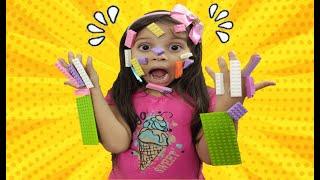 JULIA em HISTORIA ENGRAÇADA do LEGO MAGICO Julia pretend play LEGO HANDS ليغو تعلق في وجه شفا !!
