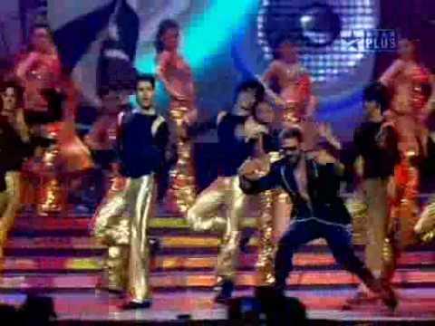 Akshay Kumar singing with RDB at IIFA Awards (rey_tiger2002@yahoo.com)