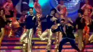 Akshay Kumar singing with RDB at IIFA Awards (rey_tiger2002@yahoo.com)