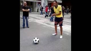 Artista de rua - joga muita bola ⚽