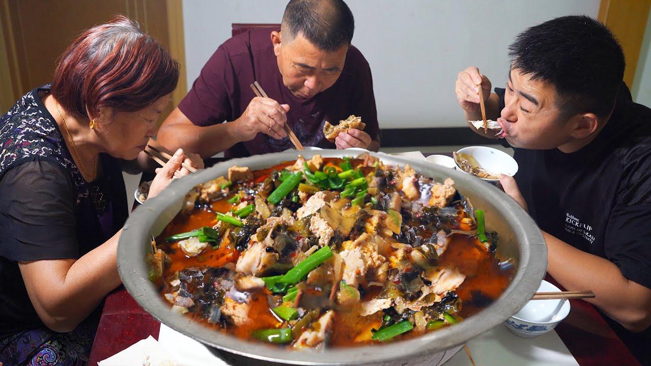 """【超小厨】6斤花鲢鱼,2斤酸水老豆腐,做""""泡菜豆腐鱼"""",吃鱼喝酒,越吃越有!安逸!"""