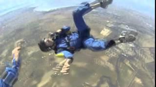 Hombre se desmaya al momento de saltar del paracaídas