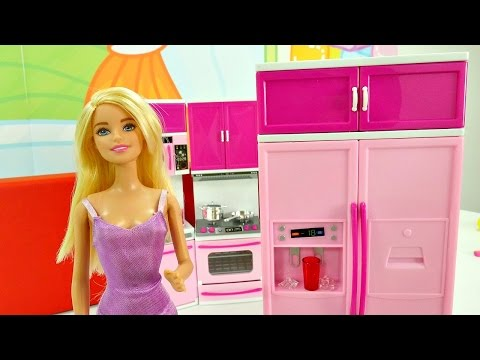 Barbie ve mutfağı; eşyaları buz dolabına yerleştirme oyunu