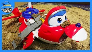 The Superwings transport plane landed in the water and in the sand. Rescue Superwings in the water.