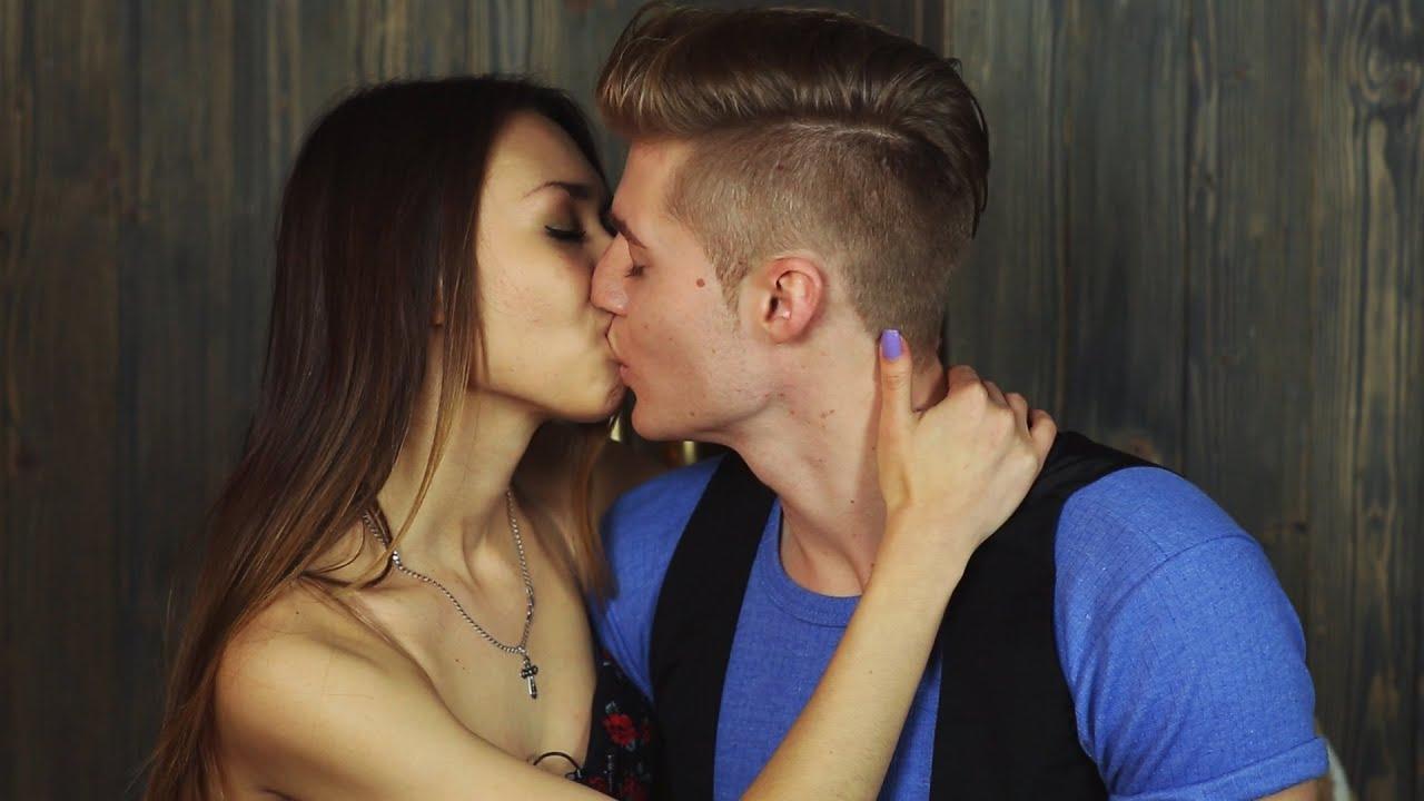 Би страсно целуются