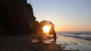 Красивая тренировка пилатес на рассвете у берега моря. Мастер класс Маши Выхорь