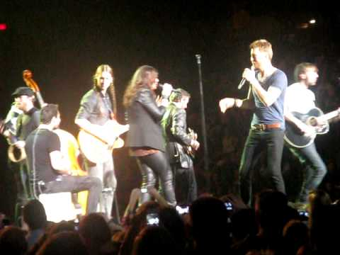 Lady Antebellum Amherst MA Mullins Center; Girl Singing American Honey