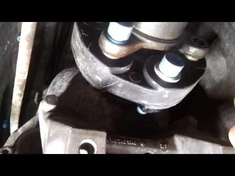 Замена передней муфты кардана и трансмиссионной подушки Mercedes W210 (коротко)