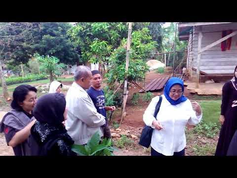 Mbak wiwik dan keluarga pada pemakaman R. Sugiarto