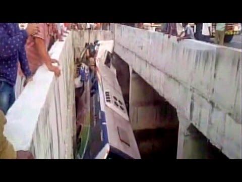 Tin tức trong ngày - Xe đám cưới lao xuống kênh 14 người thiệt mạng