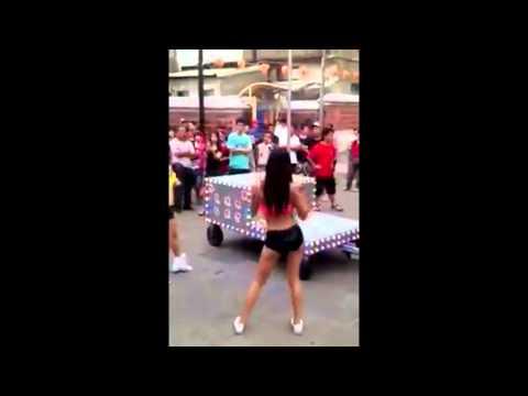 Chicas bailando Tubo en la calle